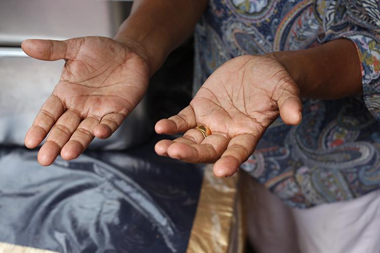 スリランカ料理は調理の際に和え物の混ぜ具合など手の感覚を頼りにすることが多い。それは食べる時も一緒で、お皿の上で手でおいしい混ざり具合を確認して口に運ぶ