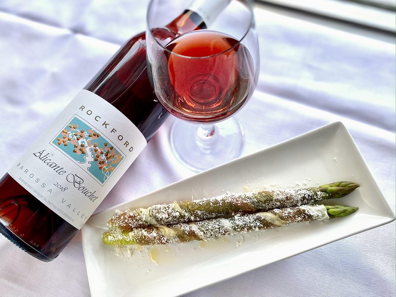 ルビー色に輝くロゼワインとアスパラガスで、お花見気分!