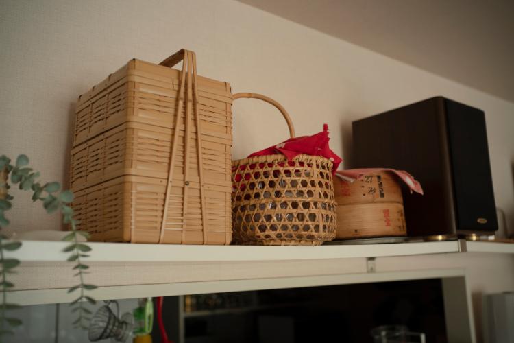 カウンター上。3段の竹かごはパーティーグッズ、隣のかごは保存容器を入れている