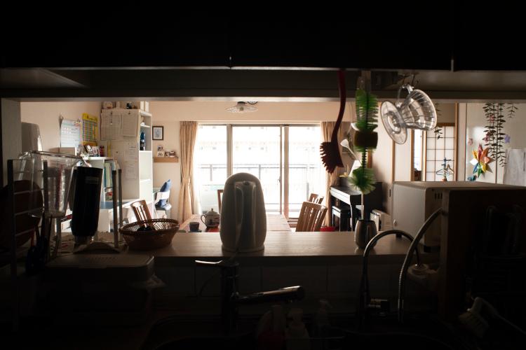 台所から居間をのぞむ。オープンキッチンは憧れだった