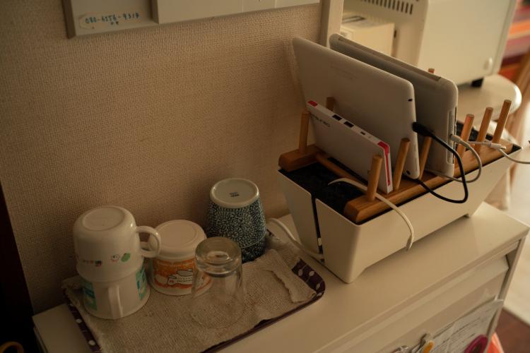 普段づかいのマグ。皿立てをスマホやタブロイド端末置き場にしたのは夫のアイデア