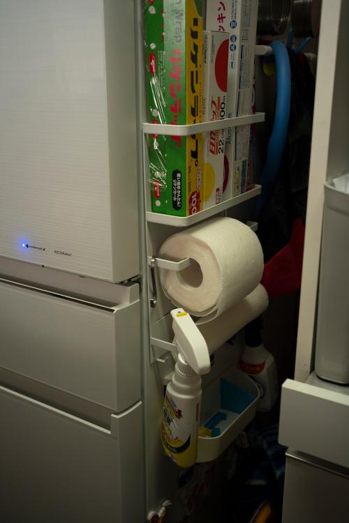 小さな隙間も首尾よく利用。キッチンペーパーは半分に切って使用。使い勝手がいい