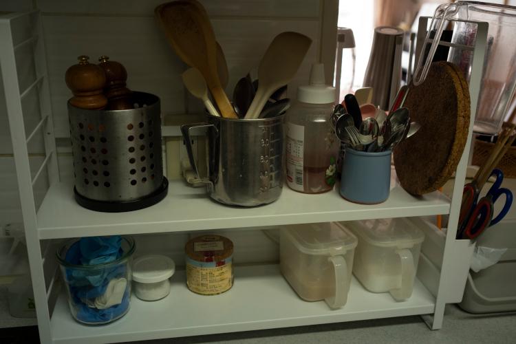 下段は塩、胡椒(こしょう)、砂糖、料理するときに使う手袋