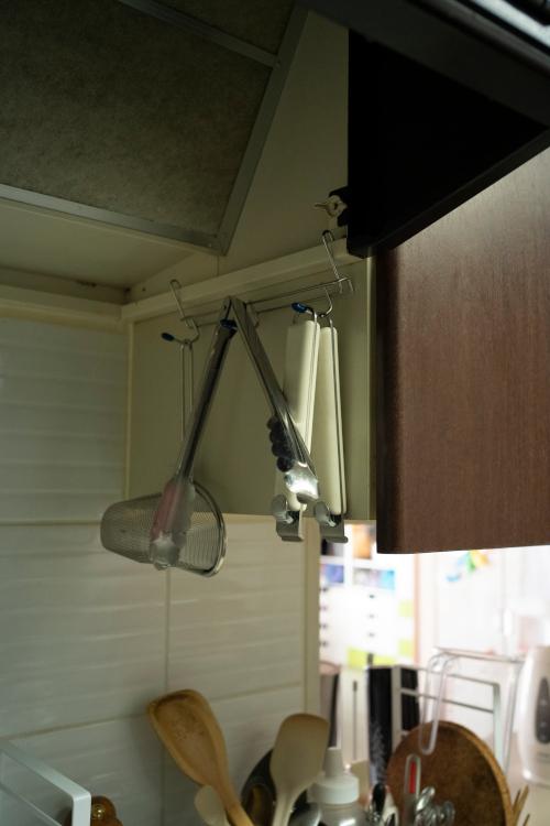 換気扇の裏側にホームセンターで買ったツールバーを吊(つ)るし、調理ツールを