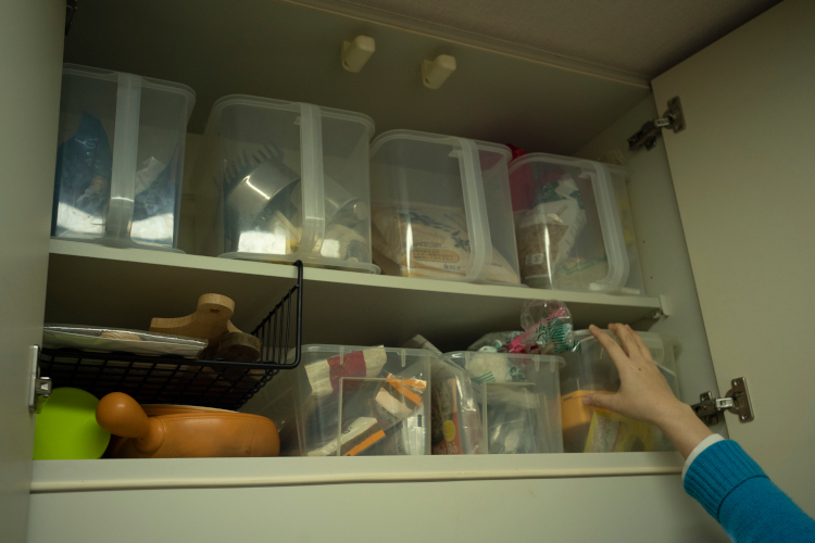 吊り戸棚はパスタなどの乾物や粉類を整理