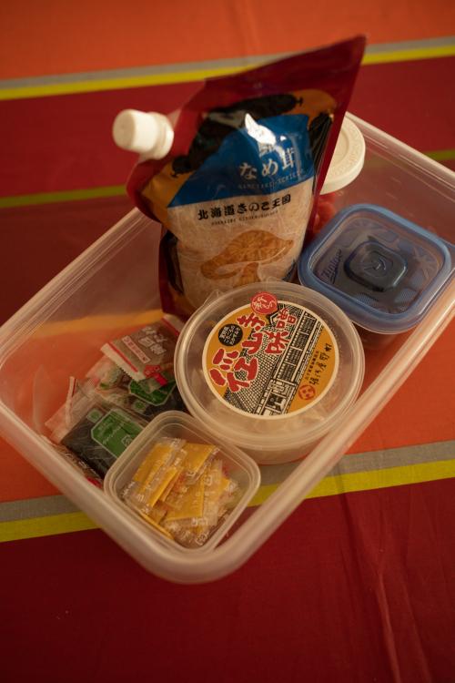 梅干し、明太子(めんたいこ)、なめたけなど朝、食べるものをワンセットに
