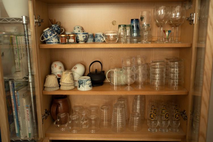 客用グラスは居間の食器棚に