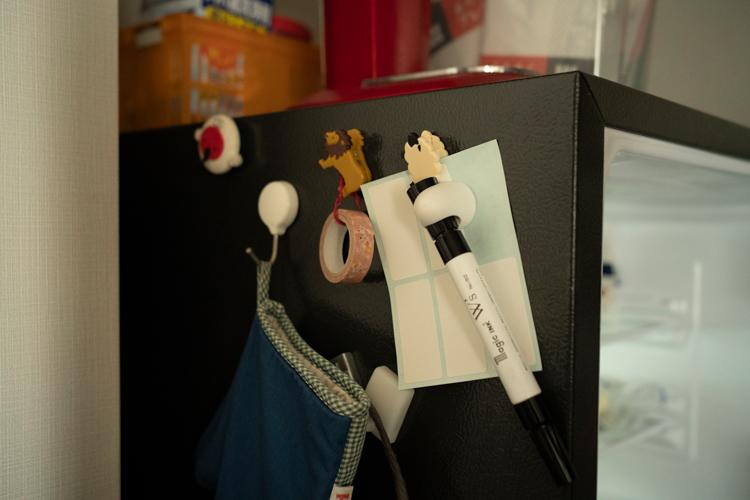 すぐラベルに書けるよう油性ペンとシールを冷蔵庫脇に常備