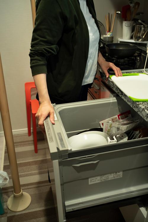 食洗機を出して料理をすると、つかまることができるので安心