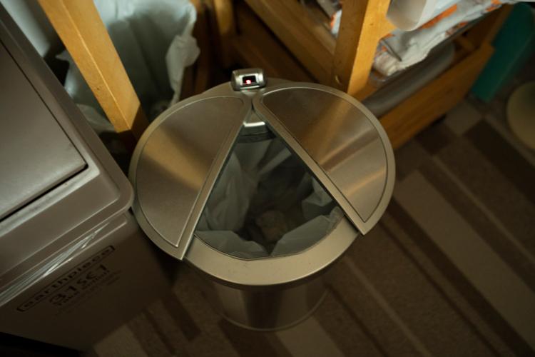 電池式自動開閉ゴミ箱アルコ。汚れにくく、かがまずに捨てられる