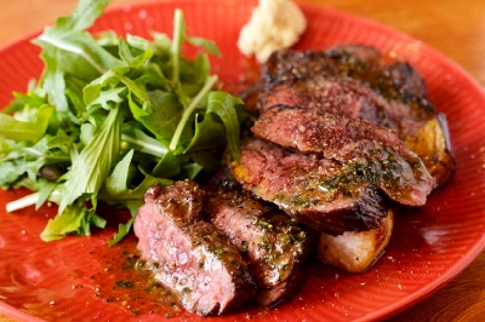 ビストロシン「シャロレー牛」のステーキ