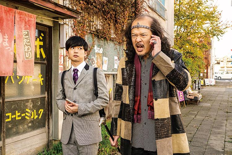シンの事務所社長(田中哲司・右)(C)2018「音量を上げろタコ!」製作委員会