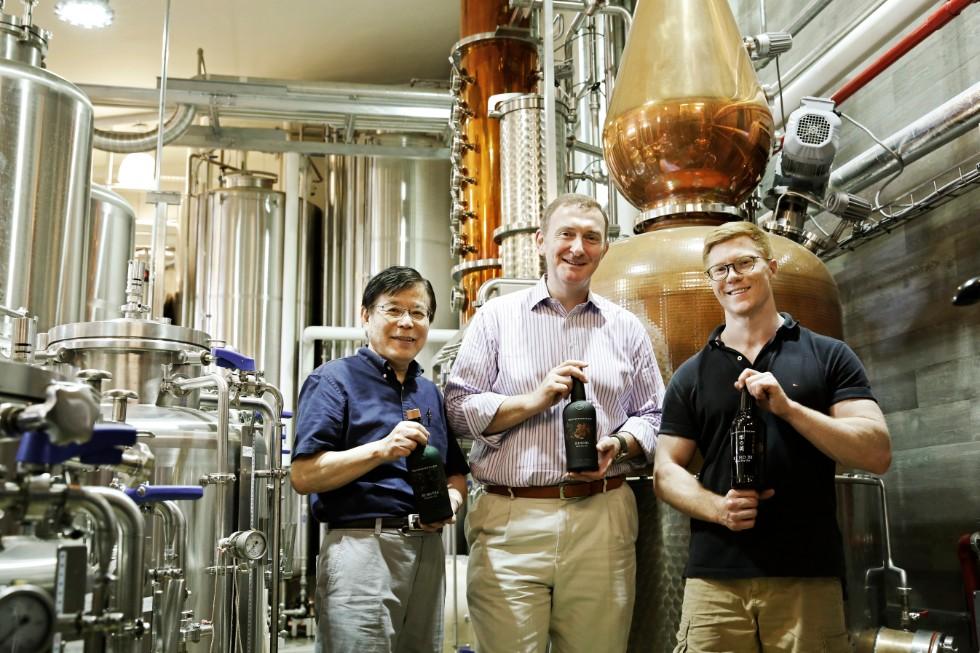 京都蒸溜所の代表メンバー。左から、大西正巳さん(テクニカルアドバイザー)、デービッド・クロールさん(オーナー)、アレックス・デービスさん(ヘッドディスティラー)