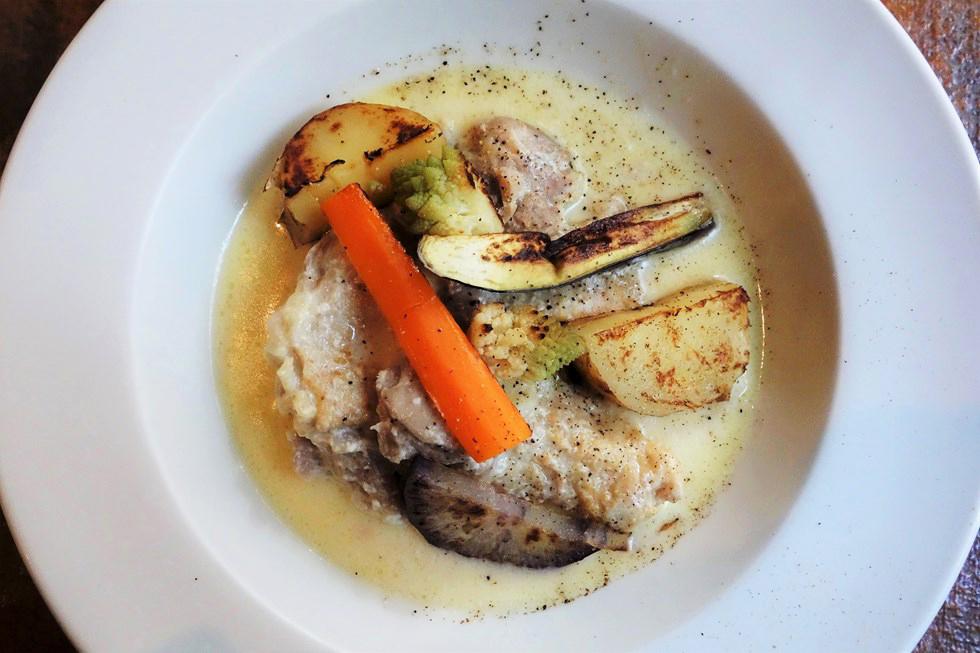 チキンをやわらかく煮込んだ生クリーム入りフリカッセ(煮込み)