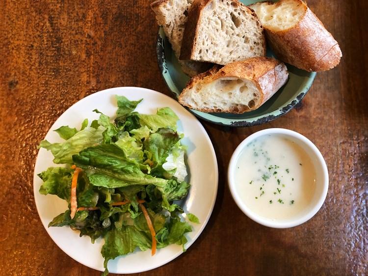 香ばしい自社ベーカリーのパンと新鮮野菜のサラダは人気の理由のひとつ