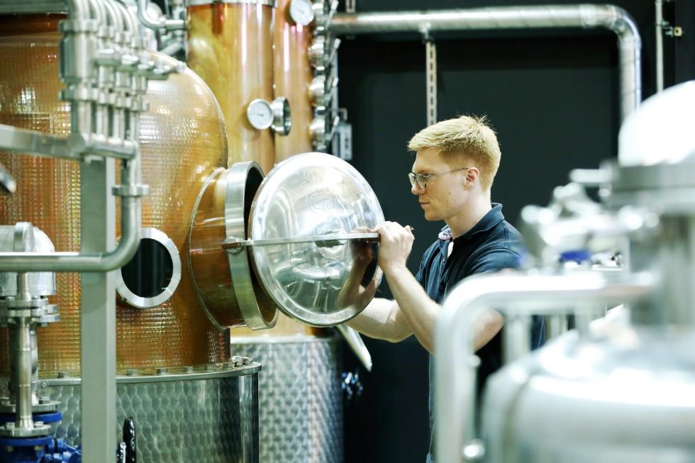 29歳の若きディスティラー(蒸溜技師)、アレックス・デービスさん。大学で醸造・蒸溜学を学び、イギリスの蒸溜所でジンの生産に携わっていた彼を、デービッドさんがスカウトした