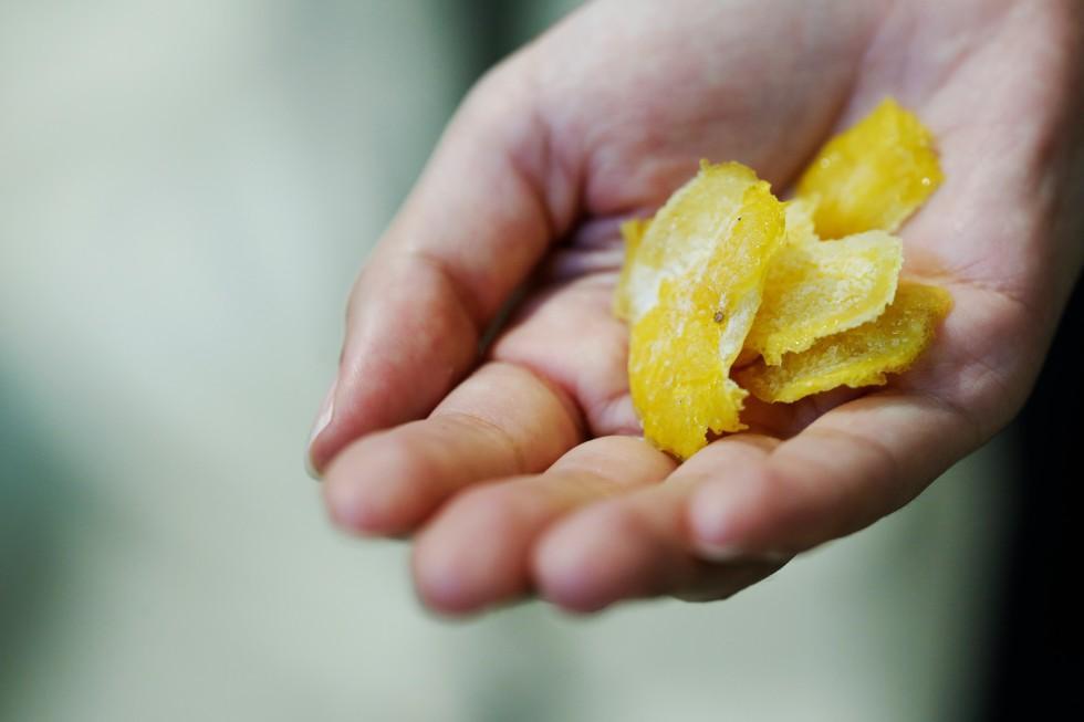 近所の農家から仕入れているレモン。一般的なジンでは乾燥させるが、京都蒸溜所では真空冷凍保存したものを使用