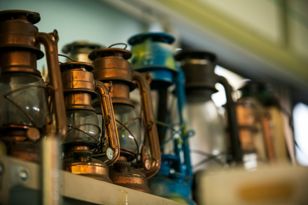 工場には歴代のハリケーンランプがずらりと並ぶ