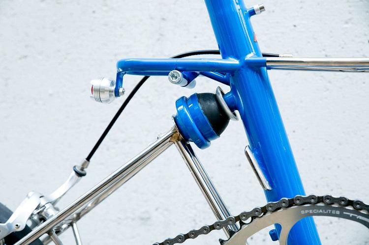 後輪とフレームをつなぐのはラバーコーンのサスペンション。これがシルキーライドを生み出す