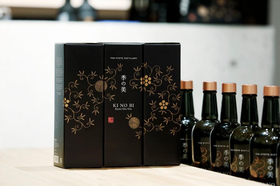 パッケージの文様は、江戸時代から続く唐紙屋を継承する「KIRA KARACHO」が監修。板木から手摺りして生まれた美しい唐紙の文様をスクリーンプリントし、京の四季を表現している