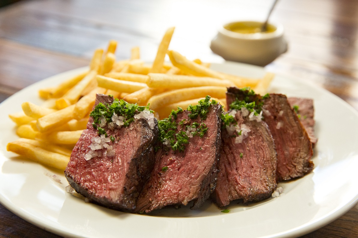 ディアログで提供されるフライドポテトを添えた牛肉のステーキ「ステーキフリット」