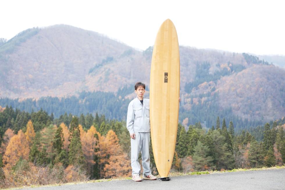 桐(きり)製サーフボードと角田庄伸さん