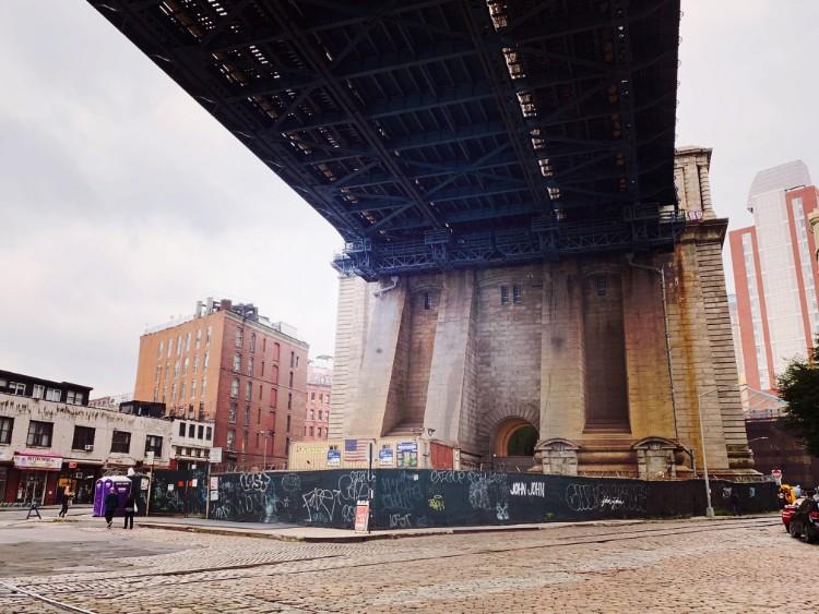 橋の下。出来た当時と変わらないデザイン