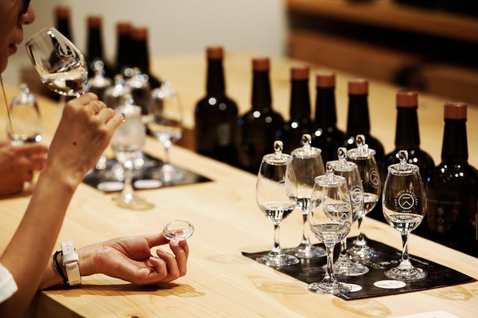 6つの原酒をテイスティング。これらを緻密に調整された比率でブレンドし、「季の美」ができあがる