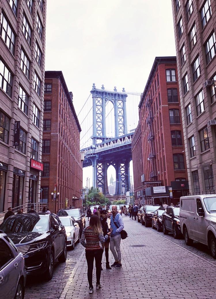 僕がダンボで最も好きな場所。マンハッタン橋の間にエンパイア・ステイトビルディングが見える