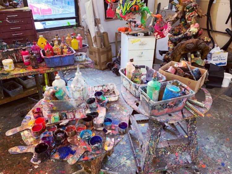 画家の篠原有司男さんのアトリエにはおびただしい量の絵の具の缶が