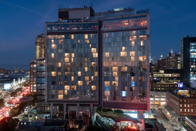 ハイラインをまたがる形で建てられたホテルがあり、ハイラインが下を通過する客室をはじめ、そのほかの部屋でもウィンドウパフォーマンスが行われた。ハイライン以外の建物もパフォーマンスに取り込むのは規制があって難しいのかもしれないが、もう少したくさんあっても良いかなと思った