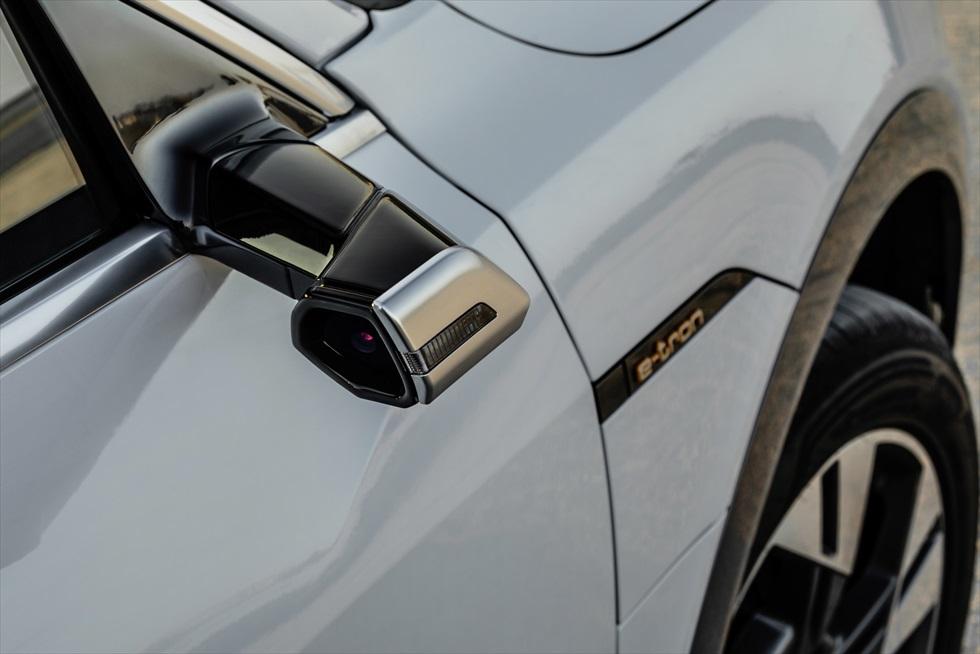 高速道でも砂漠でも安定の走り アウディの電気自動車「e-tron」にアブダビで試乗