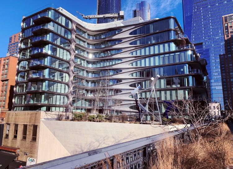 ハイラインの真ん中あたりから見える建築家ザハ・ハディドの建築。とても面白いデザインではあるが、直線的な建物が多いNYでは少し浮いてしまっているかも