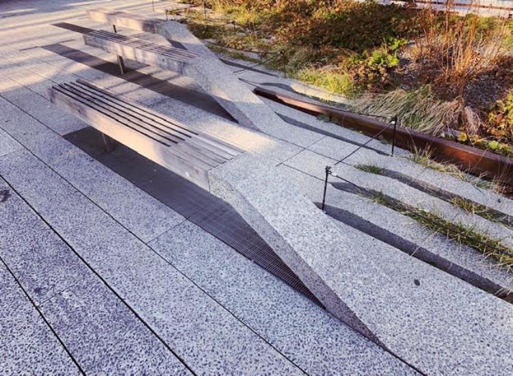 ハイラインのベンチ。組み合わせ自在の床面のブロックが持ち上がったようなデザイン。まるで建築物のようだ