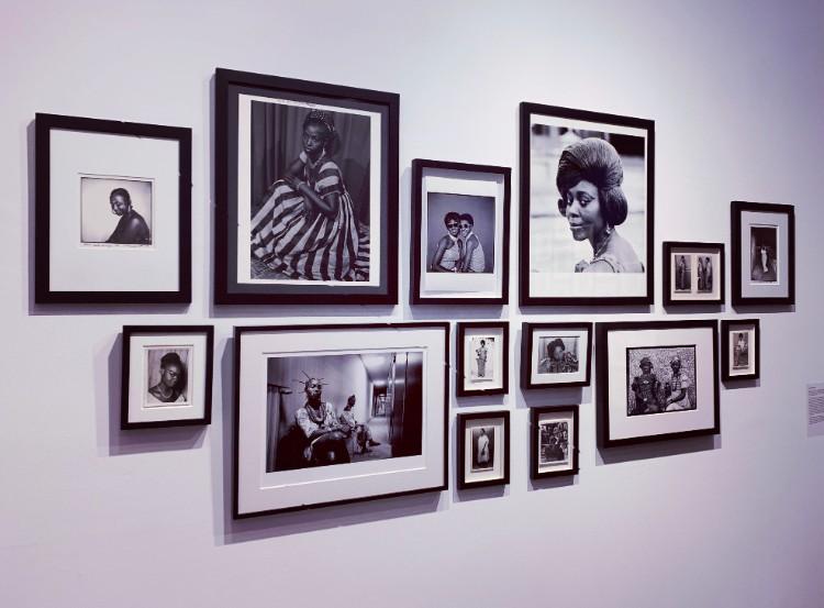 年代物のポストカードなどを含む肖像写真の展示。彼らが身に着ける衣装からは文化と歴史の深さがうかがえる