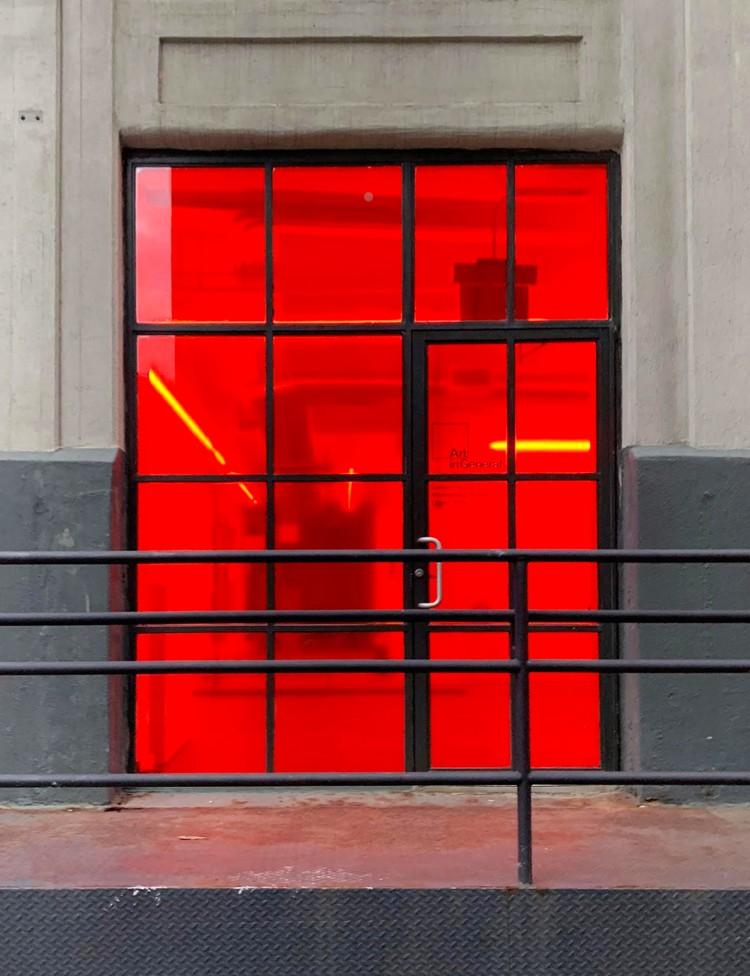 アート・イン・ジェネラル(Art in General)の外観。写真を撮った時期は展示会の趣旨により、窓に赤いフィルムが貼られていてかなり目立つ