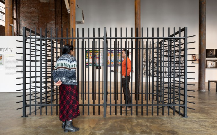 異なるバックグラウンドを持つアーティストたちの作品は考え方から素材、サイズに至るまで様々だ。ザック・ハクモン(Zac Hacmon)さんの鉄を使った作品「Gateway」2018年制作 。Image courtesy of Smack Mellon. Photo by Etienne Frossard.