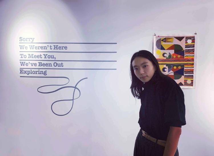 知人のグラフィック・ドローイング系のアーティスト、ユリカ・シロヤマさん。今回のグループ展では展示会のロゴマークと壁面のインスタレーションを担当。アーティスト同士が助け合っているのもこちらのアートシーンにはよく見られる光景
