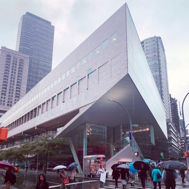 改修後のジュリアード音楽院。リンカーンセンターと隣り合っている。外壁の素材はリンカーンセンターのものと同じものを使用するなど、デザインに強いこだわりが感じられる