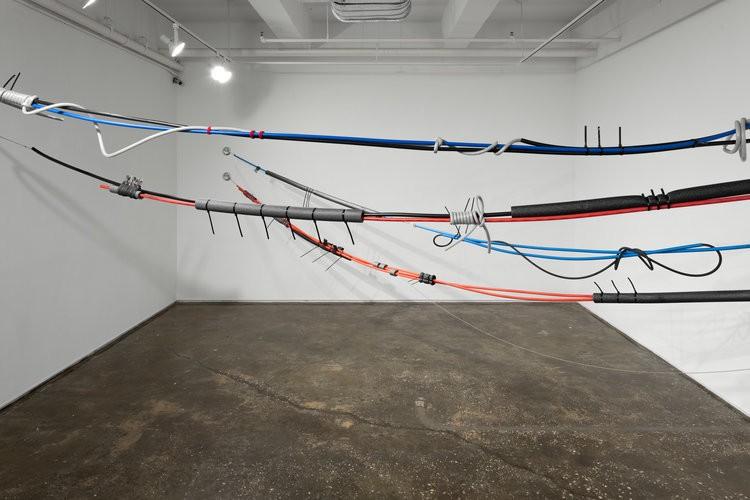 ニューヨークのアーティスト、エリカ・ストーラー(Erica Stoller)さんの「Unseen Scenery」展。ケーブルを使ったインスタレーションは見るものに不思議な感覚を与える。Installation shots by Sebastian Bach
