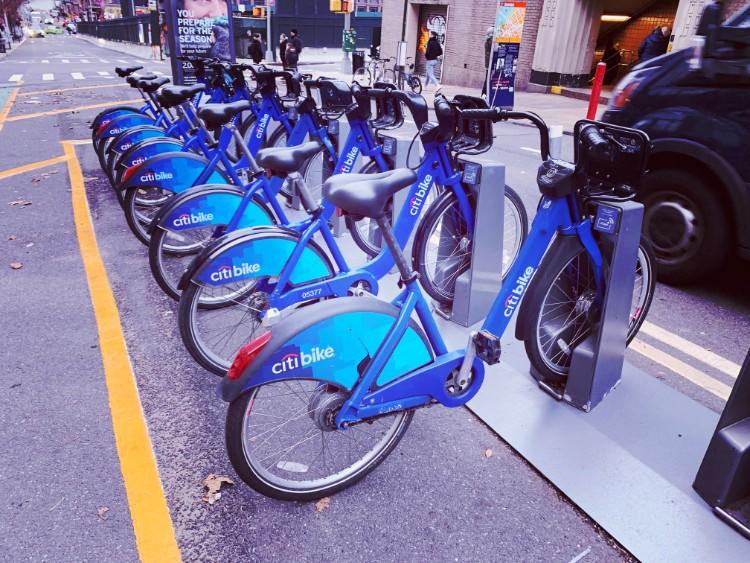 駅前に並ぶレンタルバイク「シティ・バイク」。シティバンクによるサービス