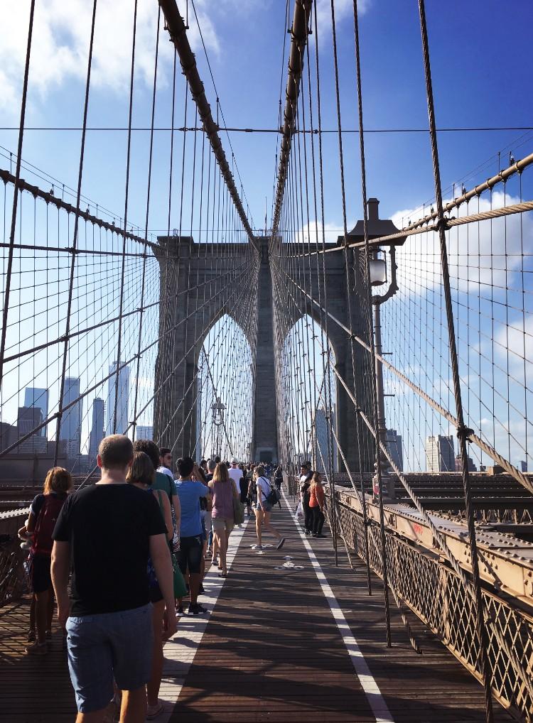 この橋の上は観光客がたくさんおり、NYを象徴する風景