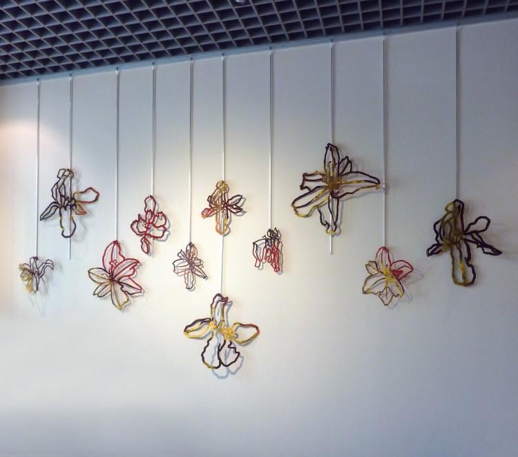 ダンボに住んでいた10年前、NYのアートフェア(アフォータブル・アート・フェア/Shion Artより出品)で展示した作品「Flower & Flower」。赤いカーペットに赤・青・黄色のペンキを塗ってからさらに線で描いたように花や動物をイメージした形に切り抜いた作品。あれから作品性も少しずつ変わっていった