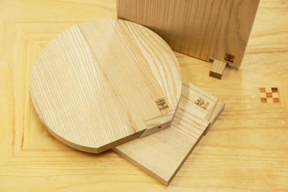 桐材のまな板はスタンド付き。立てて乾燥させることができる。柔らかい桐材は包丁の刃を傷めないと評判だ(税込3,024円〜)