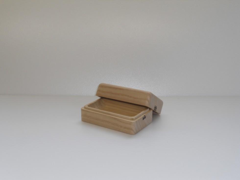 最近のヒット商品だというバターケース。短期間ならばバターを常温保存することが可能なのは、木材の中で最上級の断熱性を誇る会津桐を使用しているから(税込8,640円)