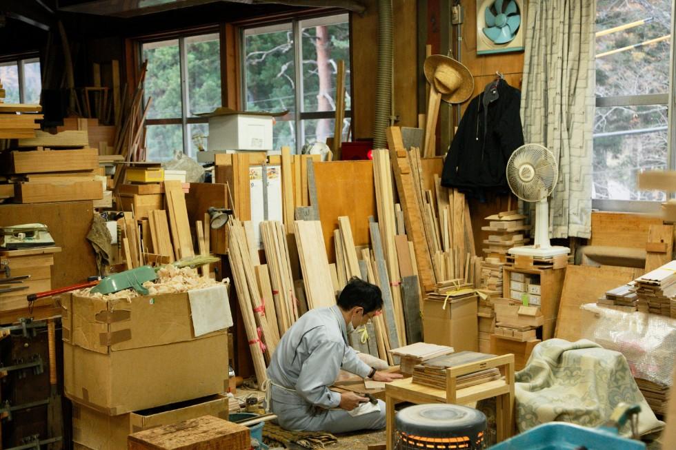 製品作りは流れ作業ではなく、基本的に1人の職人が全ての製作工程を担当する。そのため、仕切りで個人スペースが作られている