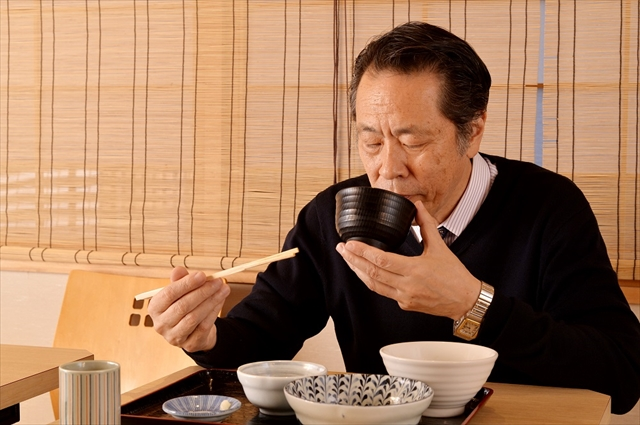 島田さんの食事は迅速かつ美しい。「いい素材で作られた料理を食べると、午後も元気いっぱいで仕事ができます」