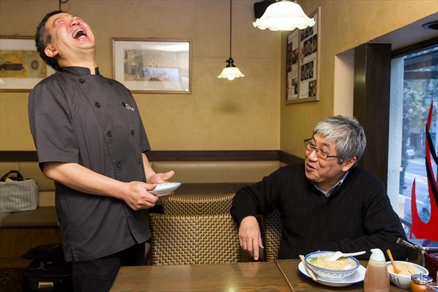 原シェフと料理談義に花を咲かせる「しばらく」店長の熊谷正司さん