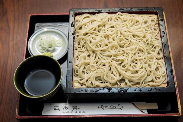 食感、香り、喉越しすべてが満点のせいろそば650円。つゆは辛口だ