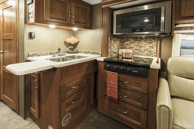 アメリカ製の大型キャンピングカーともなると、一般家庭のキッチンと遜色ない設備が搭載されている(Photo:Winnebago Ind.)